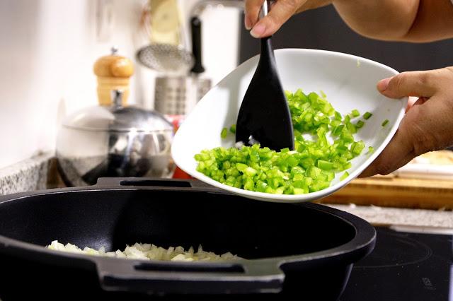 Receta de calamares en su tinta añadir verduras
